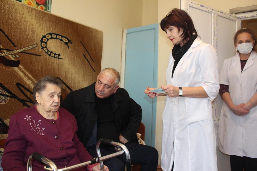 Рефат Дердаров навестил ветерана ВОВ Дедик Елену Тихоновну в доме престарелых